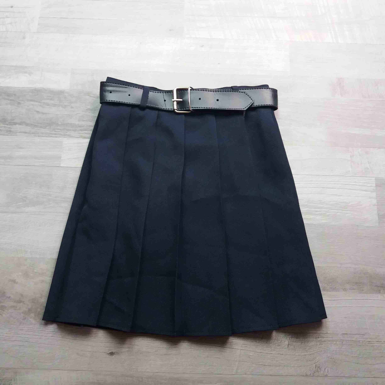 sukně skládaná tmavě modrá s páskem vel 134  158f38682c